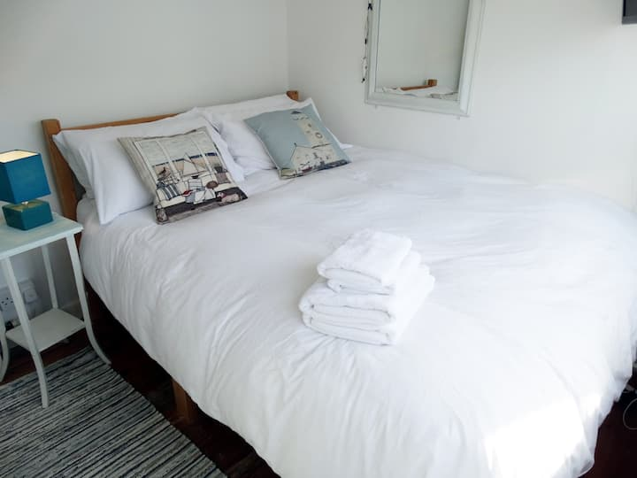 Small double room in St Ives.