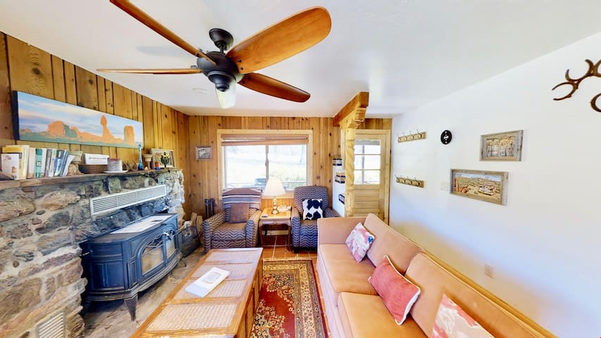 Pack Creek ~ Farm House! Phenomenal Location At The Base Of The La Sal Mountains, Outdoor Pool, Amazing Hikes Nearby  - Pack Creek ~ Farm House