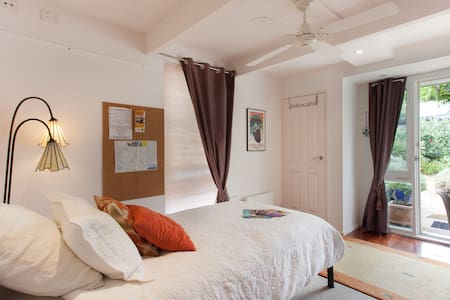 A fabulous private room for the Single Traveler with Wi-Fi, King Single bed, private bathroom and outdoor deck. A beach-side location with near-by walking tracks. Continental breakfast and great fresh coffee or tea included.