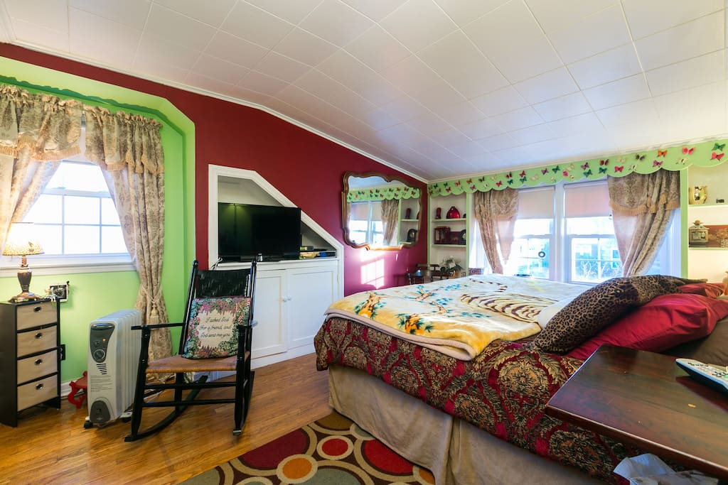 Our largest accommodation. King size guest bed with comfortable recliner seats, two spacious closets, flat screen TV with DVD and optimum services. Great lighting with a cozy ambiance. WiFi accessible