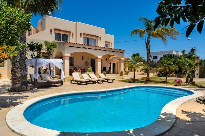 """Casa vacanze """"Can Jordi"""" con vista sulle montagne, giardino, terrazza, aria condizionata, piscina e Wi-Fi; Parcheggio disponibile"""