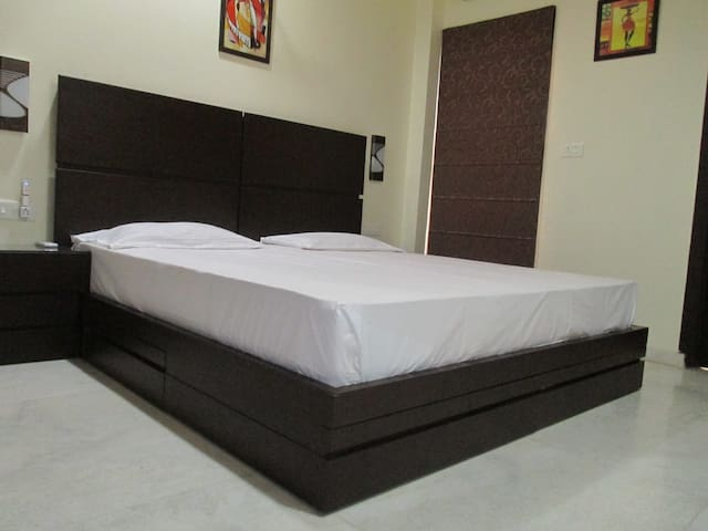 Group stay 5 Bed rooms Homestay Agra A/c & WIFI