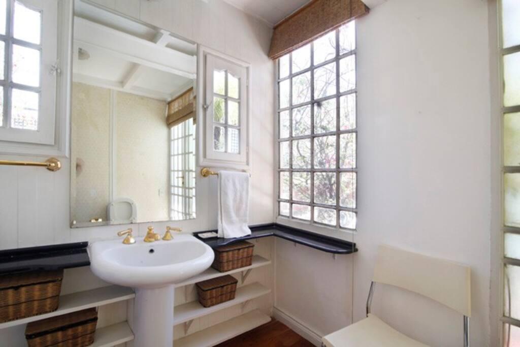 El baño tiene luz y ventilación natural y es muy amplio
