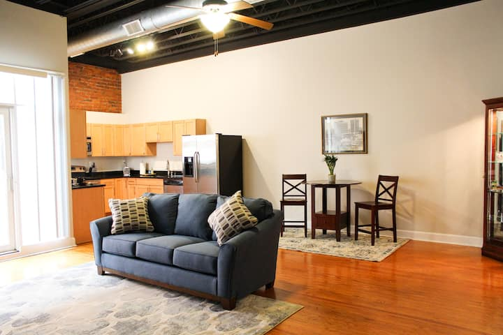 River City Loft - Free downtown parking!