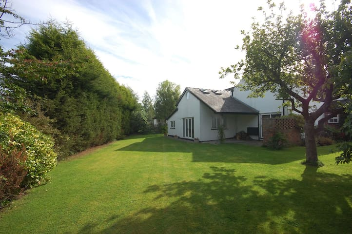 Charming serviced holiday cottage - Bramhall - Ev