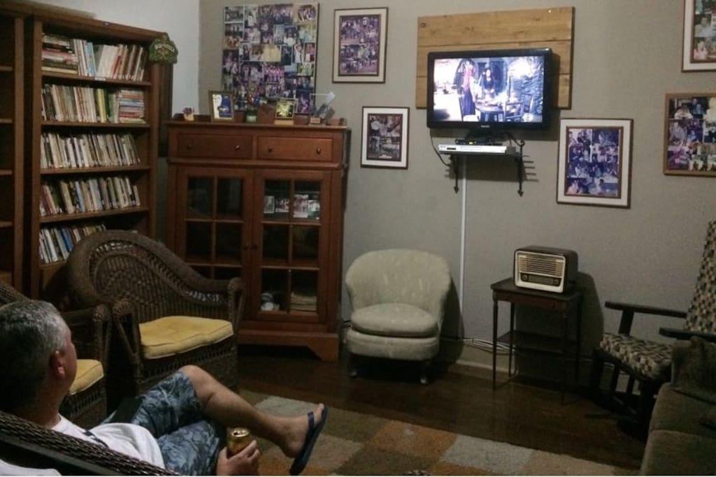 Sala de estar compartilhada com Biblioteca e Televisão