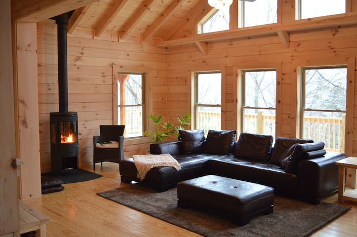Chalet at Winghaven, Sunny Log Home - Fletcher