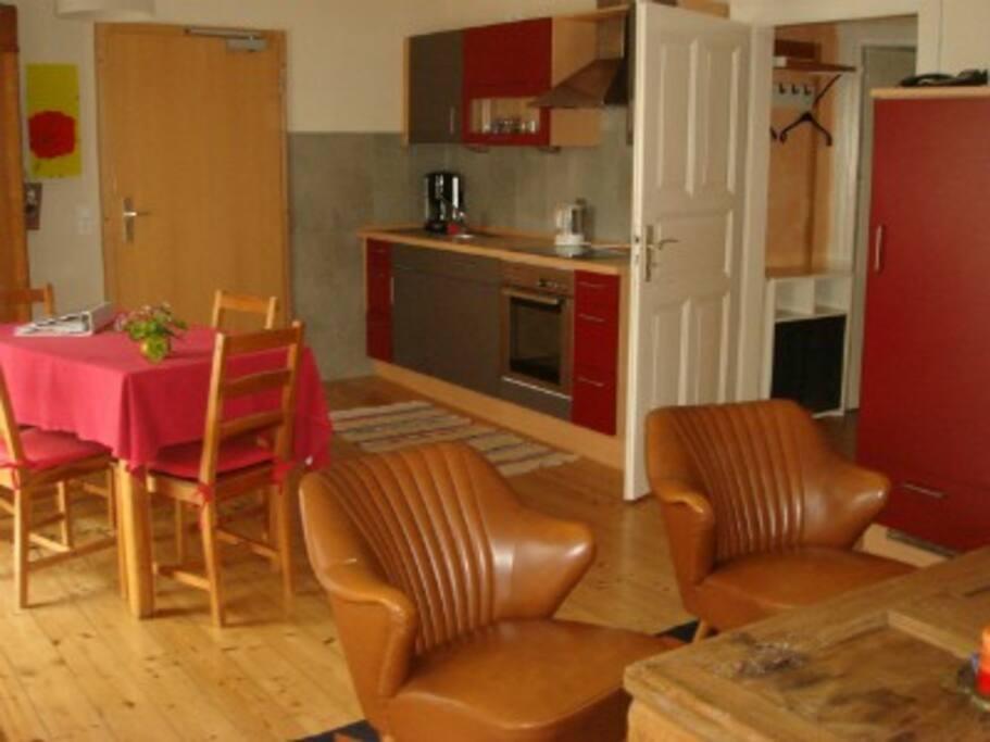 großes Wohnzimmer mit Küchenzeile