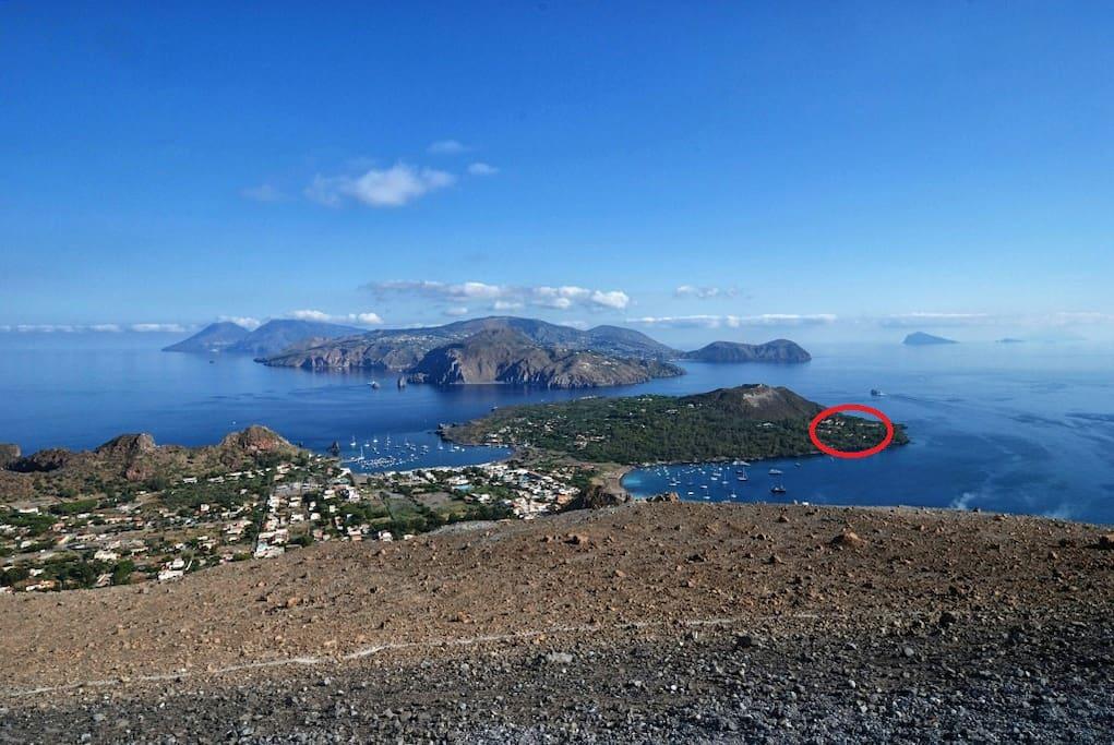 Vista dal cratere. sullo sfondo le isole di Lipari, Salina (sinistra), Panarea e Stromboli (destra). Nel cerchio rosso è indicata la posizione del Residence Vulcano Blu.