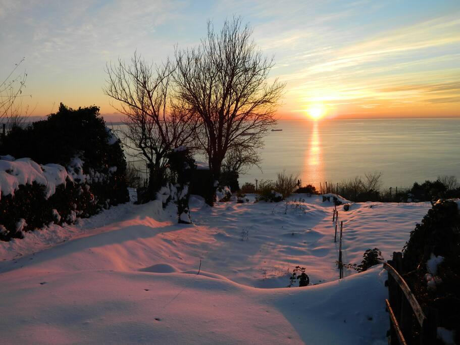 il panorama dietro la casa durante una nevicata di febbraio