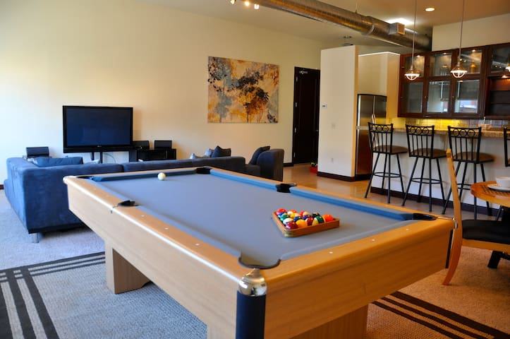 Spacious 3 bedroom loft private balcony apartments for - 3 bedroom apartments downtown denver ...