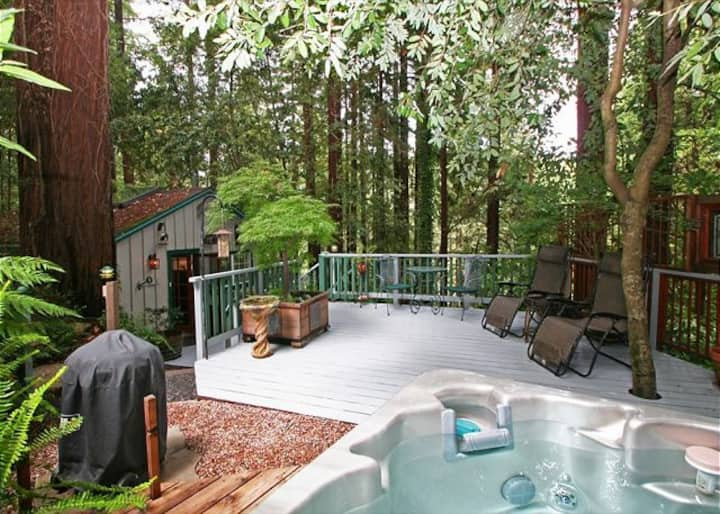 """A Little Romance""HotTub,Redwoods,Romantic!Decks!"