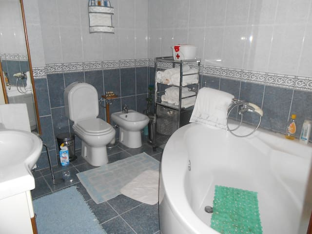 Fully-equipped Bathroom for guest's use.