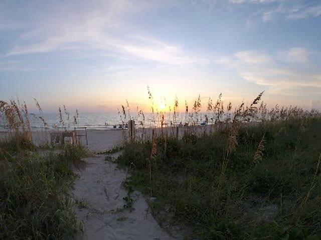 Beach villa 2516 king bed sofa sleeper sunset view