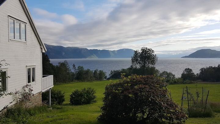 Gårds-Idyll ved Sognefjorden