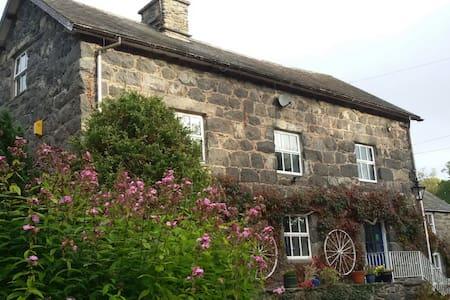 Old water mill - Llanfor - Casa