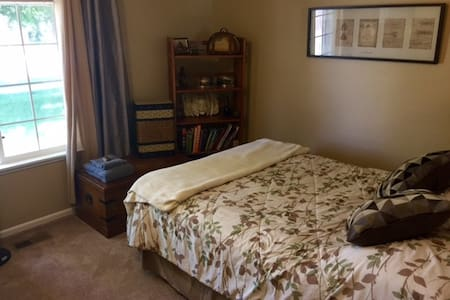 Cozy room easy drive to Crater Lake - 克拉马斯福尔斯(Klamath Falls)