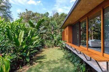 Contemporânea e sustentável no meio da Natureza