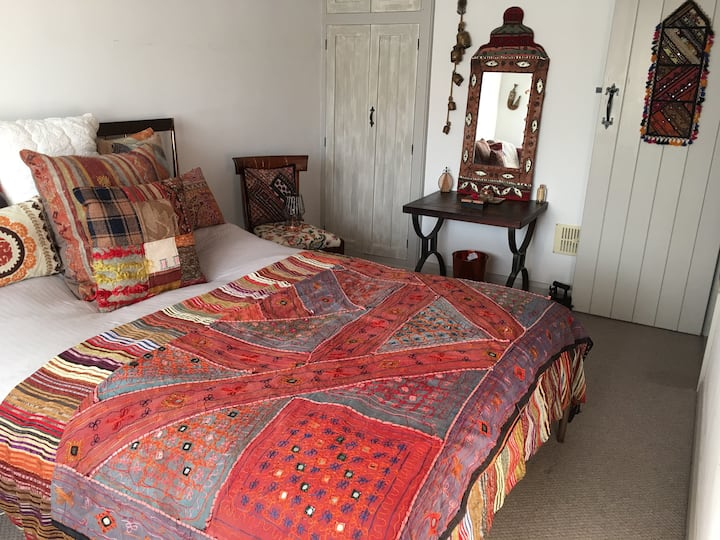 Double room in quaint cottage - free light breaky!