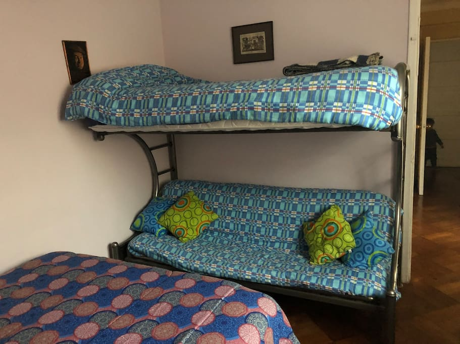 Futón, abajo se transforma en cama de 1 1/2 y arriba es cama de 1 plaza.