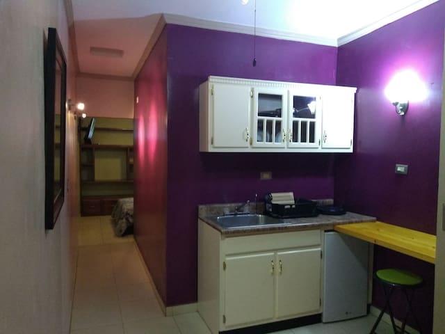 Cocineta con frigobar, estufa y ollas de inducción magnética, zinc con agua caliente y agua de beber por tubería