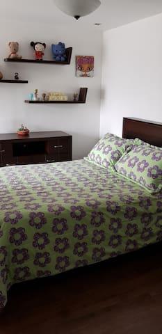 Dormitorio principal con una cama Queen