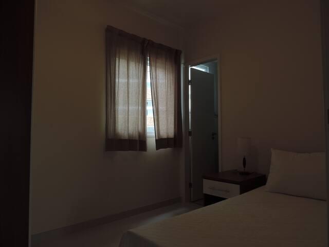Suite 2, com cama de solteiro,  cama auxiliar e ar condicionado.