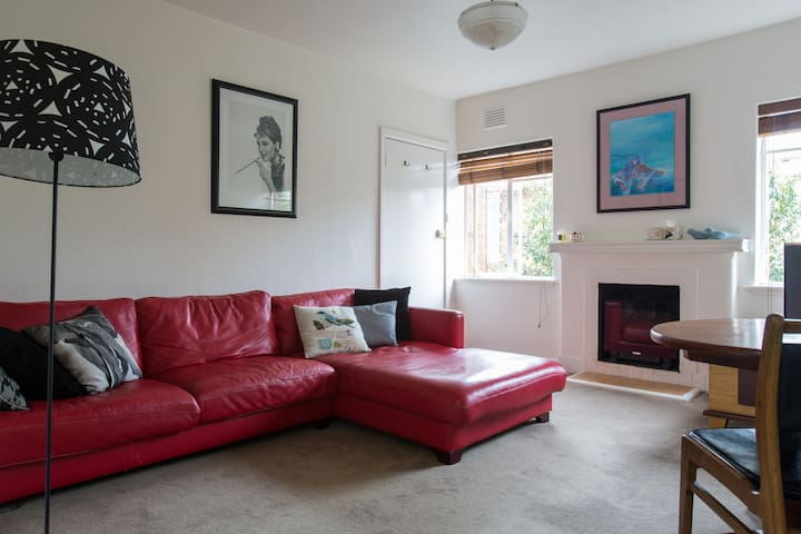 St Kilda Beach, stylish & spacious Art Deco home.