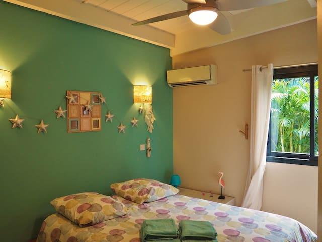 Chambre n° 3 climatisée avec lit 140 et vue jardin