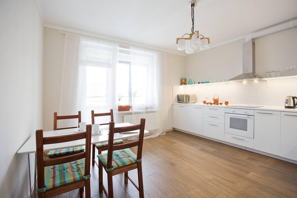 Уютная просторная кухня