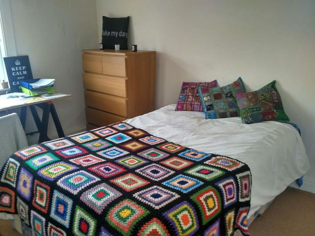 Cozy double room 10 minutes from Leeds city centre