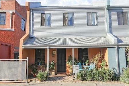 New !!! In the hip North Fremantle. - North Fremantle - Casa adossada