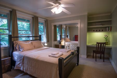 Comfy Room in a Beautiful Home - Princeville