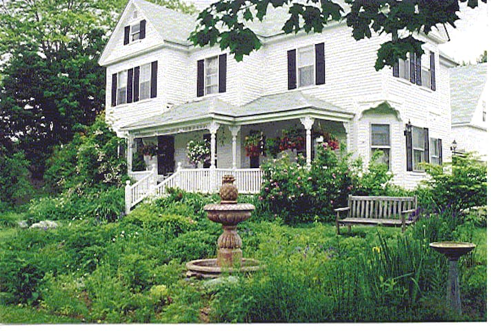 The Hilltop Inn, Queen Room, Room 4 - Sugar Hill - Bed & Breakfast