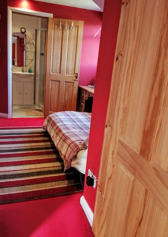 Adjoining the master bedroom - twin beds/single bedroom.