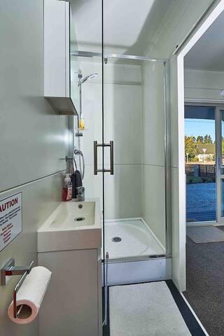Your own shower with NZ Manuka Honey shower gel.