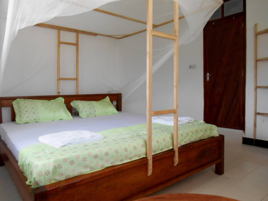 Wonderful rooms with big beds, mosquito net and fan.
