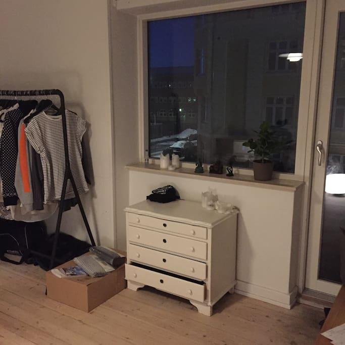 Tøj bliver fjernet, så du/I har plads. Clothes will be removed so you have room for yours.