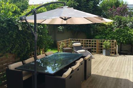 2 charmantes maisons , jardin 360m2 - Gentilly - 独立屋