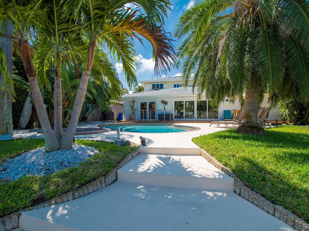 Bay Breeze House Waterfront Home with Pool
