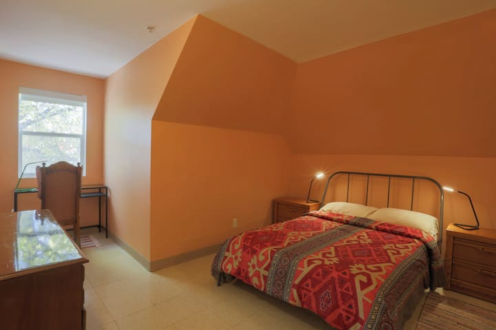 Cozy West End Room near Downtown and Hospital