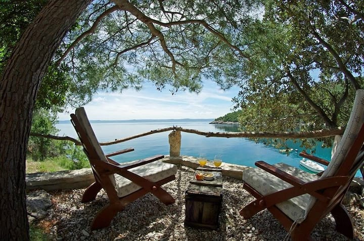 One bedroom Peaceful authentic remote cottage, beachfront in Sumartin - island Brac