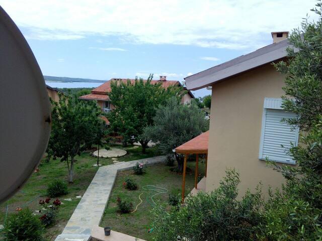 Zeytinler arasında site içinde özel bahçeli villa