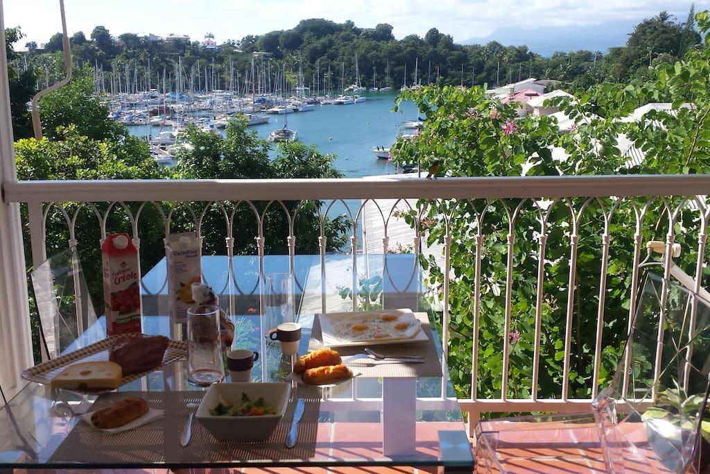 petit déjeuner au calme avec vue sur le lagon