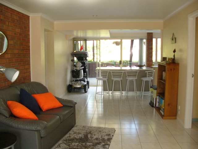 Private access to downstairs area of 2 storey home - Emerald Beach - Appartement