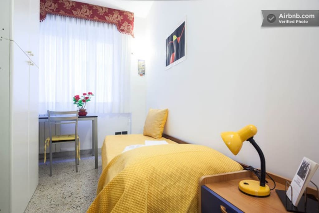 A pretty small single room,with window: to live in the popular Naples.