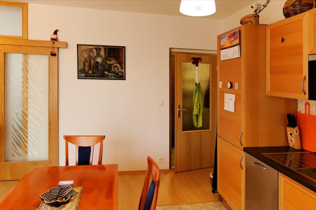 Hall and part of kitchen space. Door in corridor. Гостинная и часть кухни. Дверь в коридор.