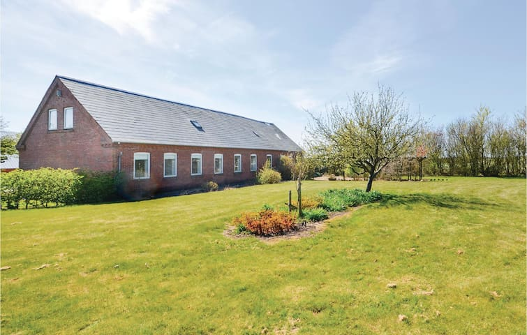 Former farm house with 6 bedrooms on 160m² in Thyholm