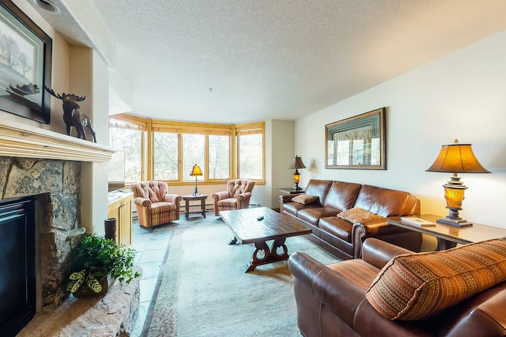 Stylish condo within walking distance of lifts w/ shared pool, hot tub & balcony