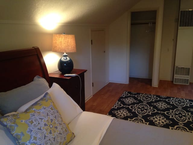 Riverfront Studio Apartment - Milwaukie - Flat